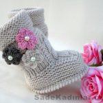 Örgü Bebek Patik Modelleri gri renkli yandan çiçek süslemeli