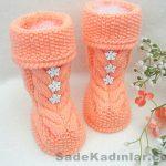 Örgü Bebek Patikleri turuncu renkli örgü modeli çiçek süslemeli