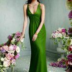 yeşil renkli uzun askılı derin göğüs dekolteli Abiye Modeli