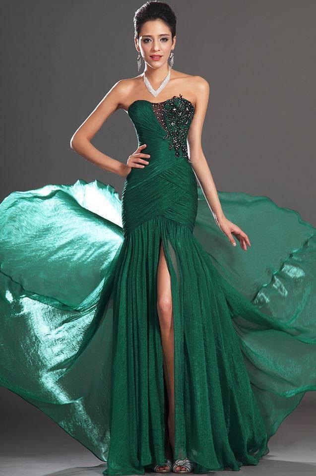 yeşil renkli uzun straplez derin yırtmaçlı Abiye Modeli