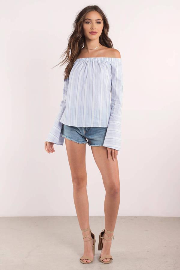 2019 Yazlık Kıyafet Kombinleri Mavi Beyaz Çizgili Omzu Açık Bluz Kısa Şort