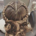 Örgülü Topuz Saç Modelleri Kalpli Örgülü Arkadan Dağınık Topuz