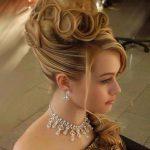 Örgülü Topuz Saç Modelleri Tepeden Toplu Dağınık Topuz
