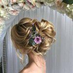 Örgülü Topuz Saç Modelleri Yandan Çiçek Süsü Dağınık Topuz