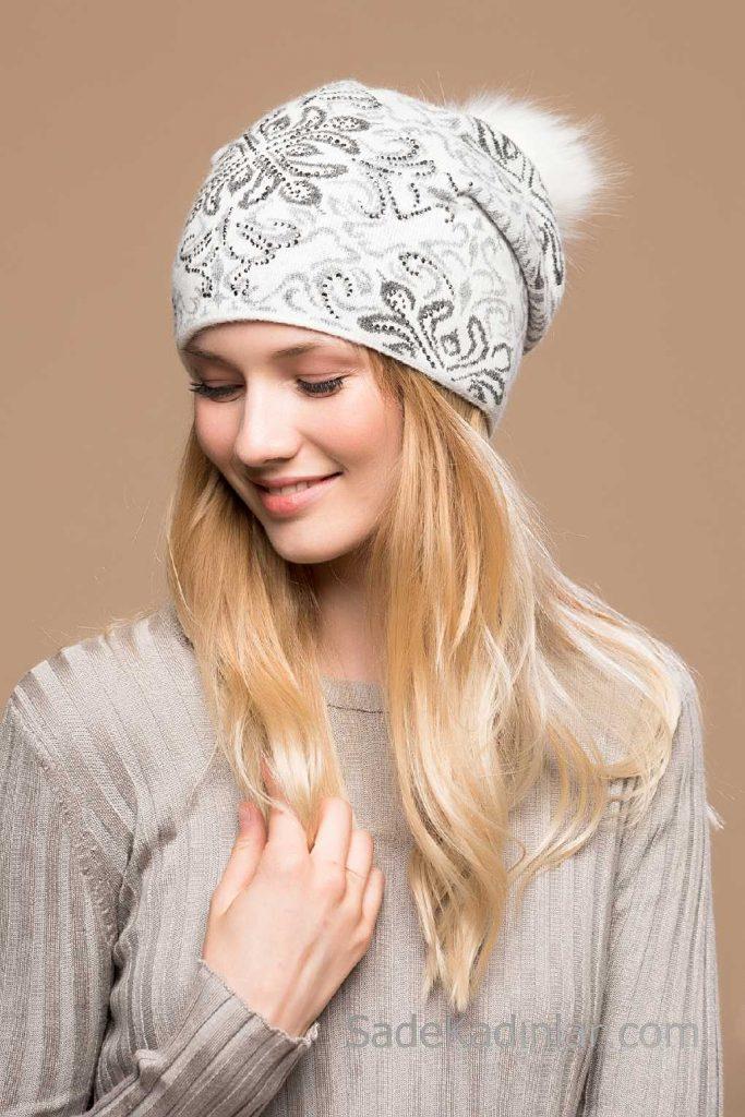 2021 Kışı İçin En Güzel Bayan Bere Modelleri Beyaz Desenli Taşlı Pon Ponlu