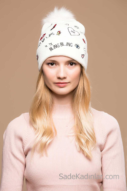 2021 Kışı İçin En Güzel Bayan Bere Modelleri Beyaz Yazı Ve Figürlü Pon Ponlu
