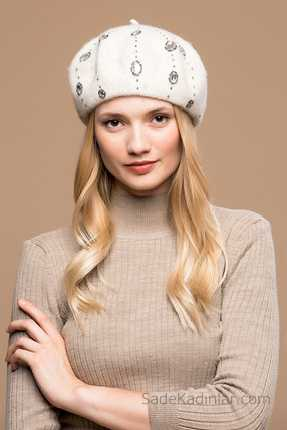 2021 Kışı İçin En Güzel Bayan Bere Modelleri Ekru Nakış İşlemeli
