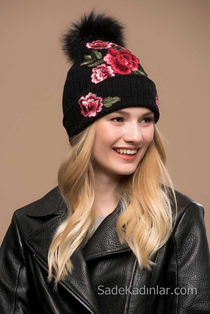 2021 Kışı İçin En Güzel Bayan Bere Modelleri Siyah Nakış İşlemeli Pon Ponlu