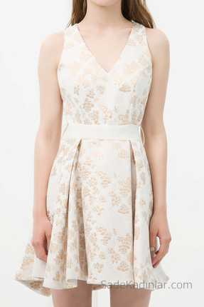 5a0dad56165e6 2018 Koton Elbise Modelleri Beyaz Kısa Askılı V Yaka Altın Rengi Desenli