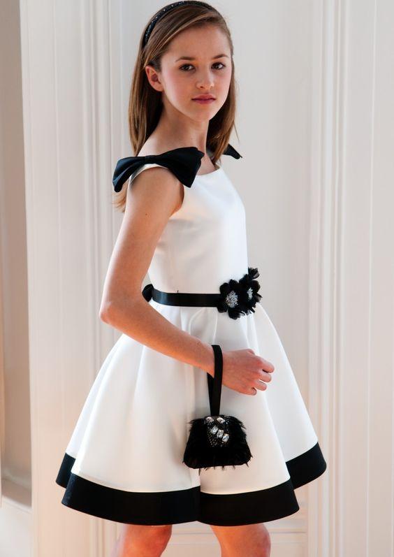 Mezuniyet Elbise Modelleri Beyaz Kısa Kolsuz Kloş Etek Siyah Kemerli Fiyonklu