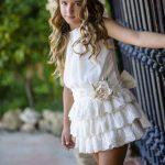 Mezuniyet Elbise Modelleri Krem Kısa Kolsuz Üç Katlı Etek Yandan Gül Süslü Kemerli