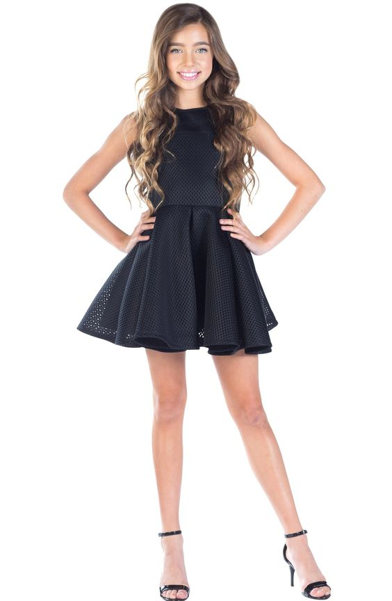 Çocuk Abiye Kıyafet Modelleri Modelleri Siyah Kısa Kolsuz Kloş Etek Delikli Kumaş