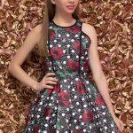 Mezuniyet Elbise Modelleri Siyah Kısa Kolsuz Kloş Etek Kırmızı Gül Desenli