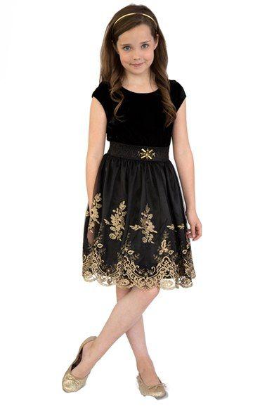 Çocuk Abiye Kıyafet Modelleri Modelleri Siyah Kısa Yuvarlak Yaka Etekleri İşlemeli Dantel Kemerli