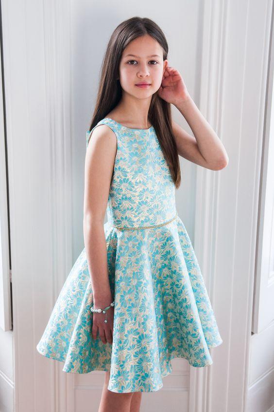 Mezuniyet Elbise Modelleri Turkuaz Mavi Kısa Kolsuz Kloş Etek Çiçek Desenli Kumaş