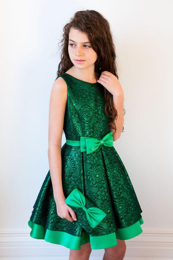 Mezuniyet Elbise Modelleri Yeşil Kısa Yuvarlak Yaka Kolsuz Kloş Etek Fiyonk Kemerli