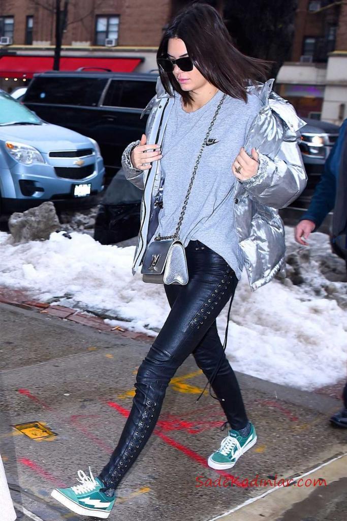 Sonbahar Kış Modası Kendall Jenner, gümüş Şişme Mont, Nike tişört, bağcıklı deri pantolon, yeşil sneakers, Louis Vuitton çanta