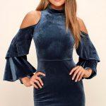 2018 Kadife Elbise Modelleri Lacivert Kısa Omuzlar Açık Kolları Fırfır Detaylı