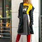 2018 Kombin Trendleri Kırmızı Çizme Gri Etek Siyah Uzun Deri Ceket
