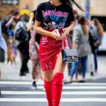 2021 Kombin Trendleri Kırmızı Çizme Kısa Deri Yırtmaçlı Etek Desenli Tişört