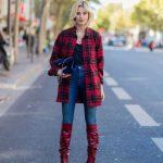 2018 Kombin Trendleri Kırmızı Çizme Mavi Pantolon Ekose Desenli Gömlek