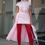2021 Kombin Trendleri Kırmızı Çizme Pembe Ekose Desenli Elbise