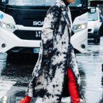 2018 Kombin Trendleri Kırmızı Çizme Siyah Beyaz Desenli Kürklü Kaban