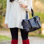 2021 Kombin Trendleri Kırmızı Çizme Siyah Pantolon Beyaz Boğazlı Kazak