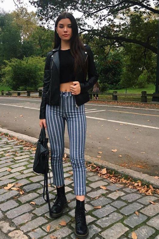 2020 Bahar ve Yaz Sokak Modası Trendleri Lacivert Çizgili pantolon Siyah Göbeği Açık Kazak Siyah Deri Ceket