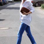 2019 Sokak Modası Trendleri Mavi Yırtık Kot pantolon Beyaz Salaş Gömlek