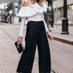 2019 Sokak Modası Trendleri Siyah Güpür Dantel Bol Kesim Pantolon Beyaz Tek Omzu Açık Fırfırlı Yaka Bluz
