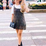 2019 Sokak Modası Trendleri Siyah Kısa Askılı Desenli Elbise İçi Beyaz Tişört