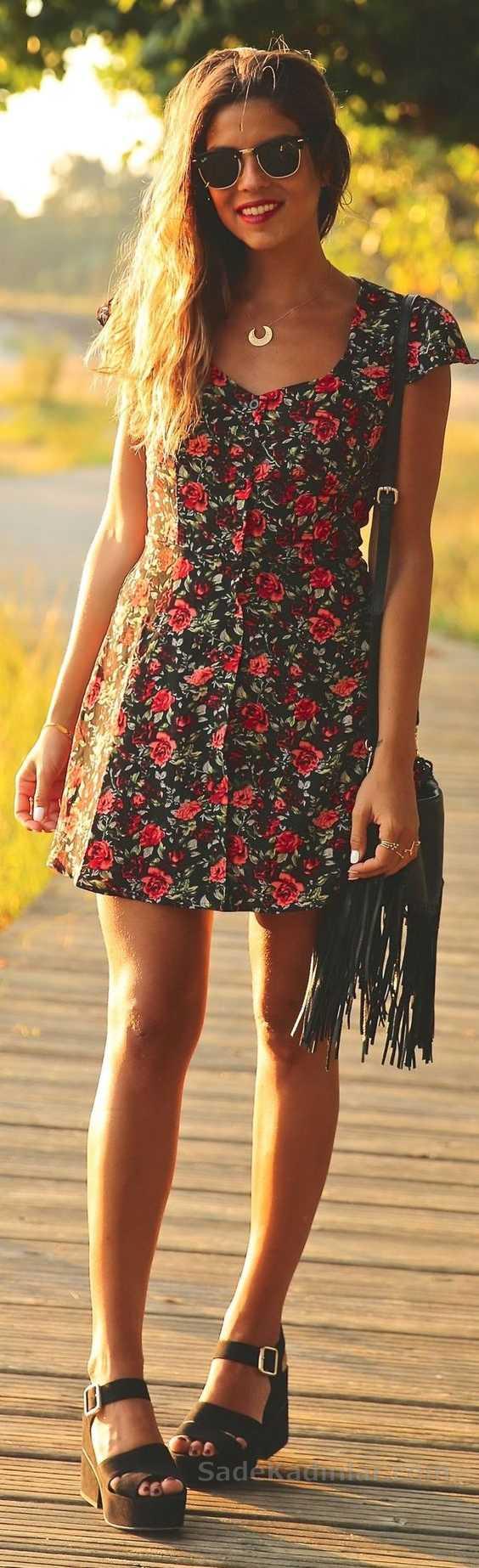 2020 Yazlık Elbise Modelleri Siyah Kısa Kare Yaka Kısa Kollu Kırmızı Çiçek Desenli Elbise