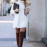 Bayanlar İçin Günlük Kış Kombinleri Bej Kısa Boğazlı Desenli Önden Küçük Yırtmaçlı Elbise