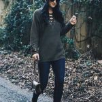 Bayanlar İçin Günlük Kış Kombinleri Lacivert Pantolon Gri Önden Bağcıklı Kazak