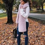 Bayanlar İçin Günlük Kış Kombinleri Lacivert Yırtık Pantolon Bej Kazak