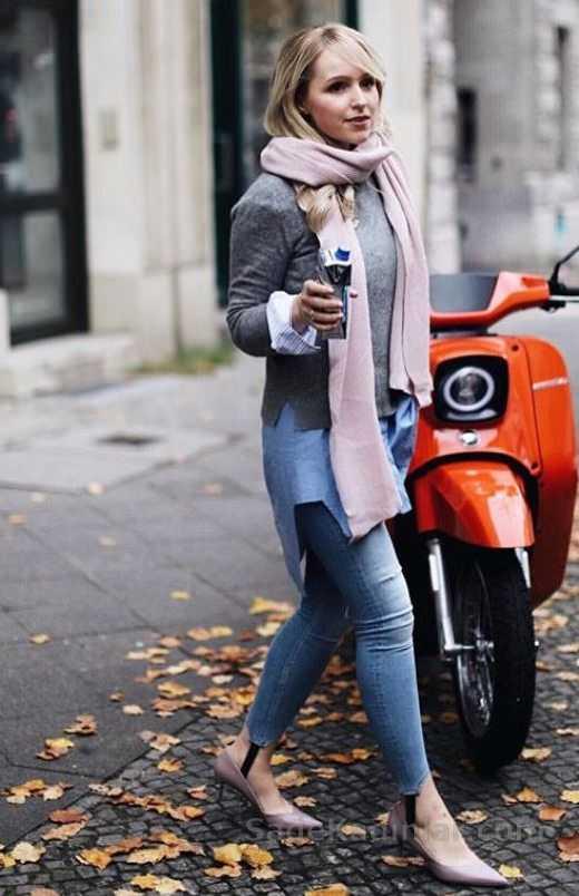 Bayanlar İçin Günlük Kış Kombinleri Mavi Kot Pantolon Mavi Gömlek Üstü Gri Kısa Kazak