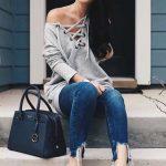 Bayanlar İçin Günlük Kış Kombinleri Mavi Yırtık Kot Pantolon Gri Omzu Açık Önden Bağcıklı Bluz