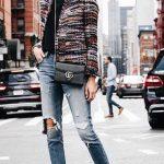 Bayanlar İçin Günlük Kış Kombinleri Mavi Yırtık Kot Pantolon Siyah Kazak Renkli Kısa Ceket