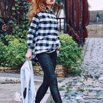 Bayanlar İçin Günlük Kış Kombinleri Siyah Deri Pantolon Siyah ekose Desenli Kazak