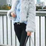 Bayanlar İçin Günlük Kış Kombinleri Siyah Pantolon Mavi Gömlek Gri Kısa Kürklü Mont