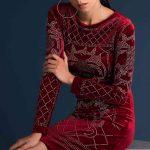 Kadife Abiye Elbise Modelleri Kırmızı Kısa Yuvarlak Yaka Uzun Kol Taş İşlemeli