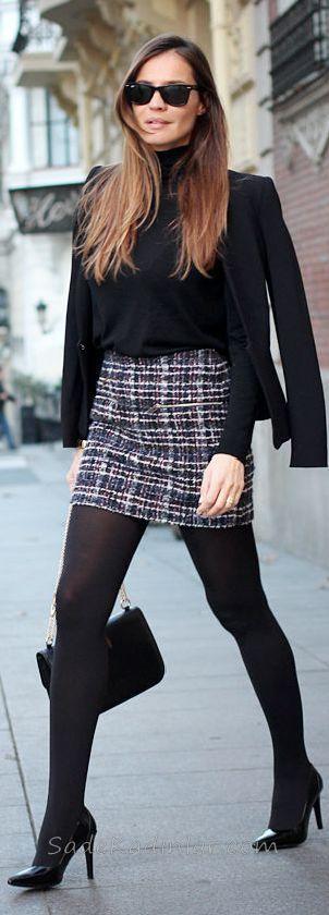 Mini Etek Sokak Modası Kombinleri Siyah Kareli Etek Siyah Boğazlı Kazak Siyah Ceket