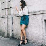 2020 İlkbahar/Yaz Kıyafet Kombinleri Mavi Kısa Kot Etek Beyaz Uzun Gömlek Siyah Topuklu Ayakkabı