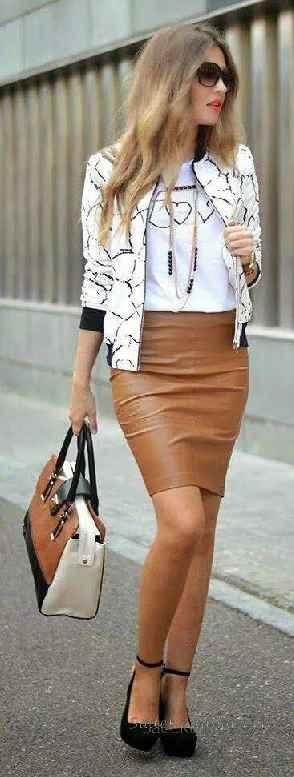 Sokak Modası Günlük Kombinler Kahverengi Kısa Etek Beyaz Bluz Beyaz Desenli Kısa Ceket