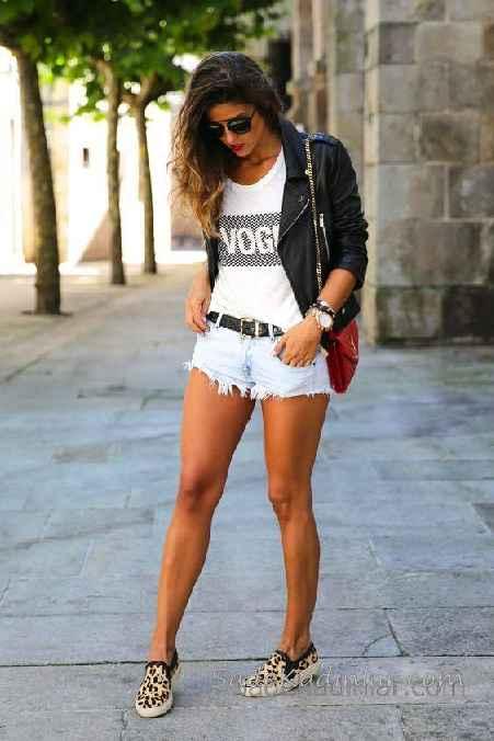 Sokak Modası Günlük Kombinler Mavi Kısa Kot Şort Beyaz Tişört Siyah Kısa Ceket
