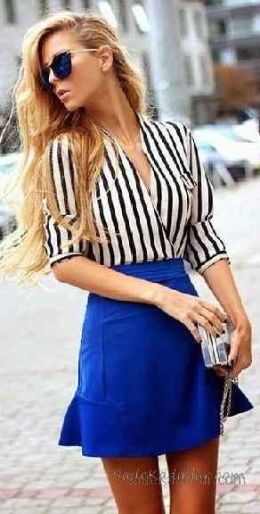 c8413fd549c21 Sokak Modası Günlük Kombinler Saks Mavi Kısa Etek Siyah Beyaz Çizgili V  Yakalı Gömlek. «