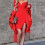 Kırmızı Elbise Modelleri Kısa Omzu Açık Önden Yırtmaçlı