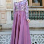 Tesettür Abiye Elbise Modelleri Lila Uzun Elbise Üst Kısmı Desenli Kloş Etekli