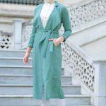 Tesettür Kombin Şık ve Uyumlu En Güzel Kombinler Beyaz Pantolon Beyaz Gömlek Yeşil Kemerli Uzun Cepli Kap